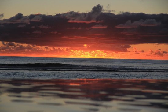 Manuia Beach Resort: Sunset view from the infinity pool