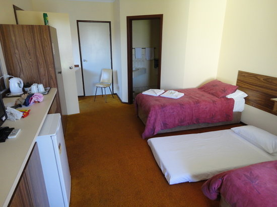 Donnybrook Motel Motor Lodge: Double and single room (#4) - looking back