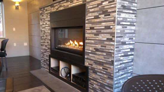 The East Avenue Inn & Suites: Fireplace in breakfast area