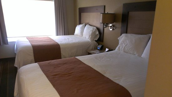 The East Avenue Inn & Suites: Our room with two double beds