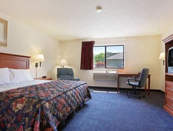 Days Inn Greenfield: Standard King Bed Room
