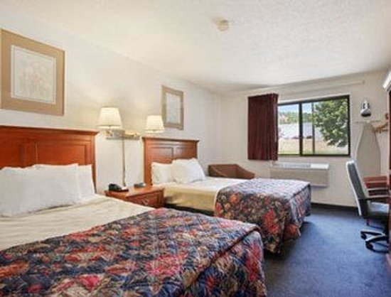 Days Inn Greenfield: Standard Two Double Bed Room