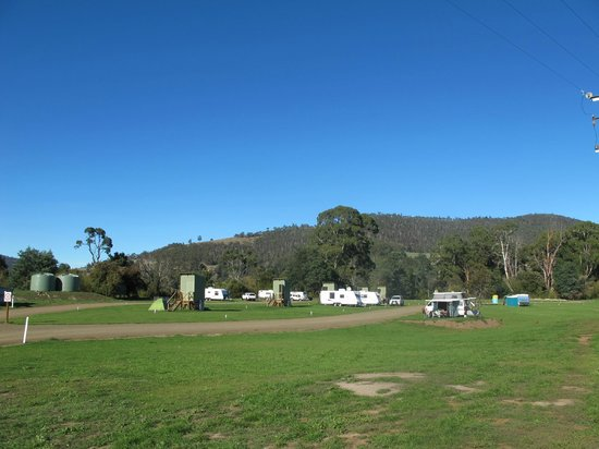Huon Valley Caravan Park: Ample room for caravans, motor homes and camping along the river
