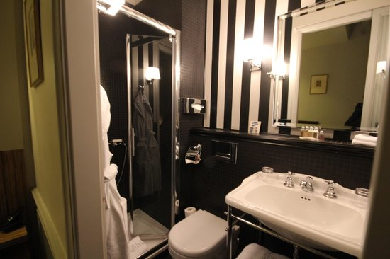 Hotel Verneuil Saint-Germain: Even tinier bathroom!
