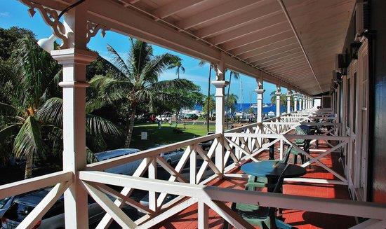 BEST WESTERN Pioneer Inn: Hotel Street/Banyan Tree Park side from corner suite