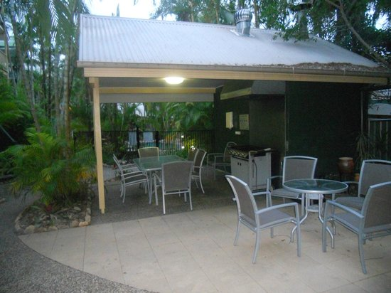 Noosa Outrigger Beach Resort: BBQ area