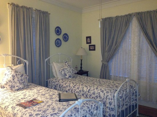 Brenham House Bed and Breakfast: The cozy Bluebonnet Room