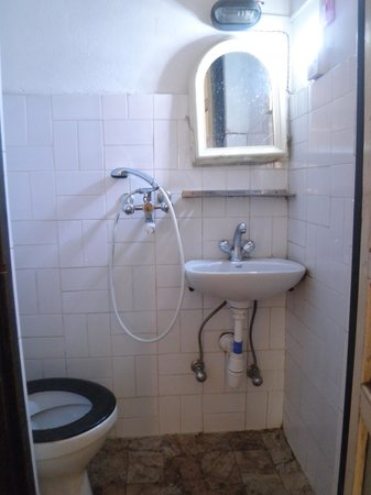 Ganesh Guest House: Bathroom was small but did the job