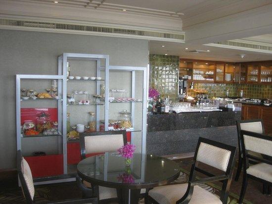 Royal Orchid Sheraton Hotel & Towers: タワーズラウンジ1