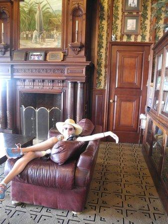 Strange Classic Mens Club Lounge Area Oil Paintings Leather Ibusinesslaw Wood Chair Design Ideas Ibusinesslaworg