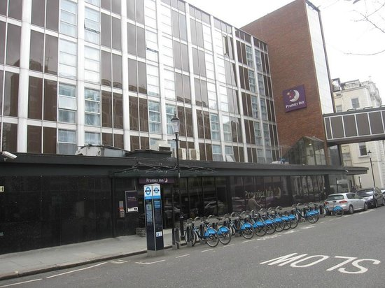 Premier Inn London Kensington (Earl's Court) Hotel: View from street