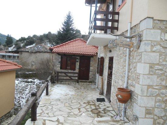 O Tholos: cafe and breakfast area