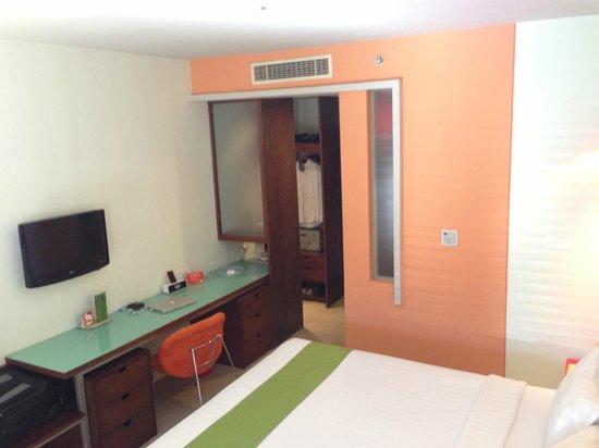 All Seasons Legian Bali: Desk and Wardrobe