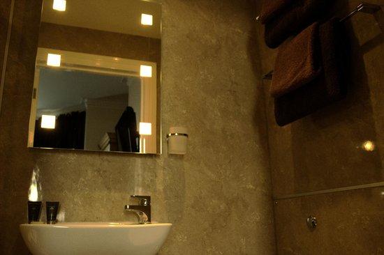 Phoenix Guest House: Ensuite bathroom