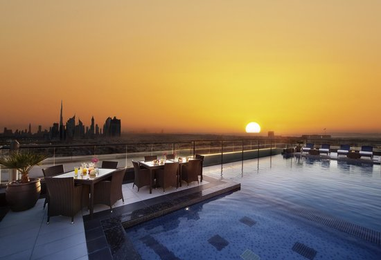 Park Regis Kris Kin Hotel: Rooftop Swimming Pool