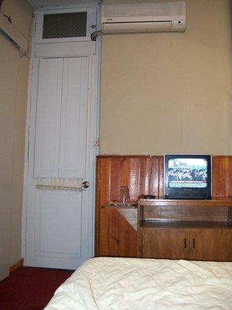 Hotel Casa Blanca: Televisor y aire