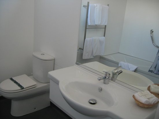Village Inn Hotel : Bathroom of rm 808
