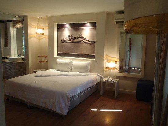 Strand Inn: Nice room decor.