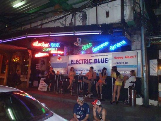 Strand Inn: Club Electric Blue opposite hotel entrance.
