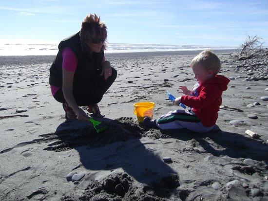 Greymouth KIWI Holiday Park & Motels: on the beach
