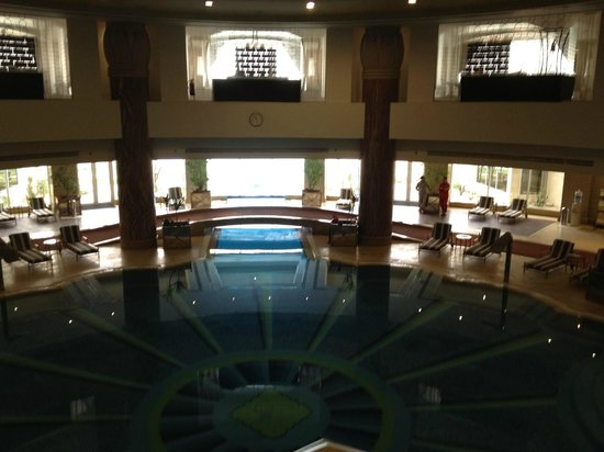 JW Marriott Hotel Cairo: View from stairs to the indoor pool