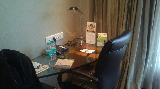 Lemon Tree Hotel Whitefield: Working table