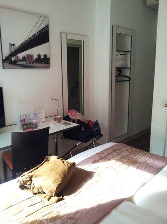 Ibis Styles Strasbourg Centre Gare: Zimmer 201; recht klein