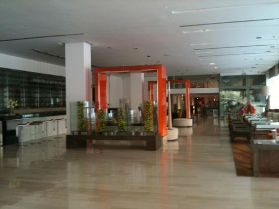 โรงแรมดุสิต ดีทู: the downstairs lobby, reception, bar and restaurant area