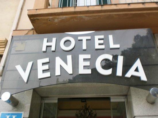 Venecia: cartel con el nombre en la puerta principal