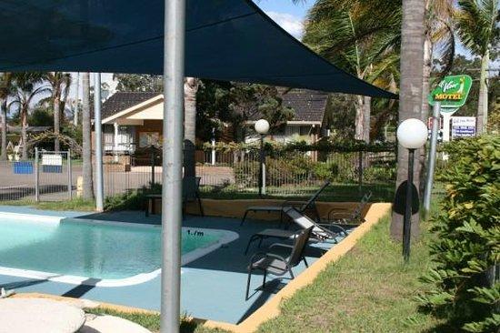 Golf View Motel: Shaded solar heated pool