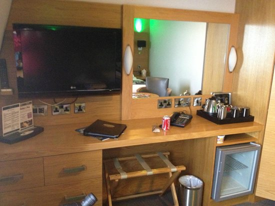 The Crown Spa Hotel: Tv and desk in the room