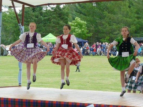 Glenlivet, UK: Tomintoul Highland Games - dancing