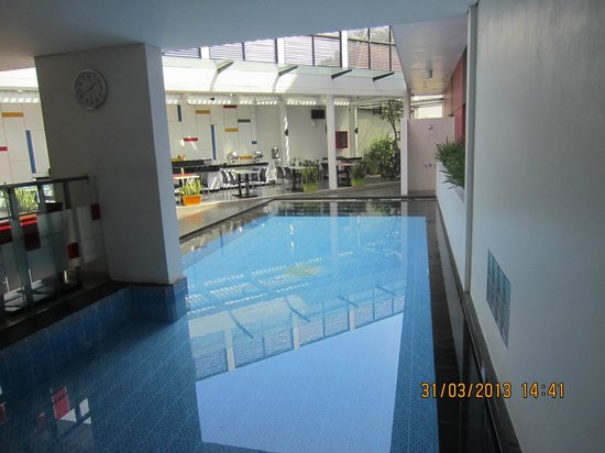 Amaris Hotel Cimanuk: The swimming pool and dining area