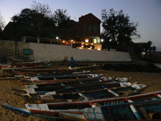 Chevalier de Boufflers: l'albergo di notte visto dalla spiaggia
