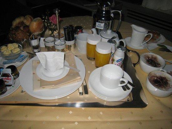 Althoff Hotel Am Schlossgarten: Frühstück im Zimmer