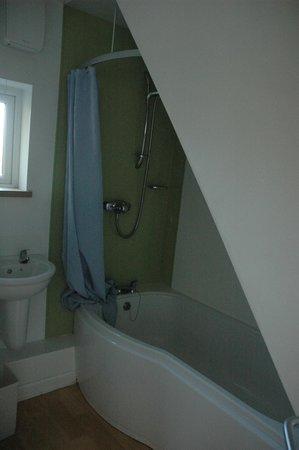 YHA Land's End: Bathroom in en-suite room
