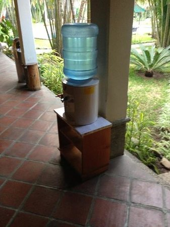 Hotel Dos Mundos: Water bottle outside room.