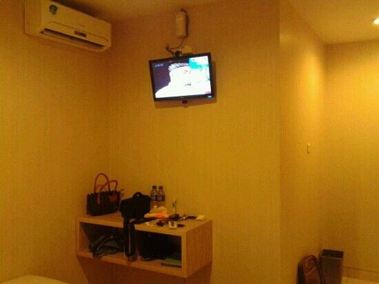 Malioboro Palace Hotel : Air Conditioner, LCD TV & Nice Table