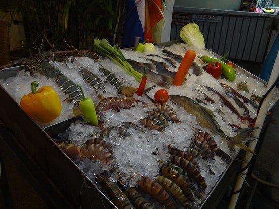 At Kamala Hotel: Frischfischauswahl im Restaurant