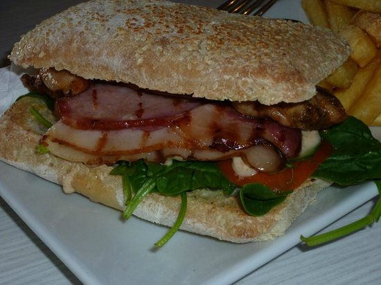 White Star Hotel Restaurant: Chicken Burger ~ better than your average pub food