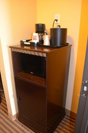 Comfort Suites DFW Airport: Coffee, Microwave & Refrigerator