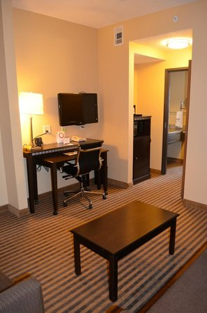 Comfort Suites DFW Airport: Desk Area