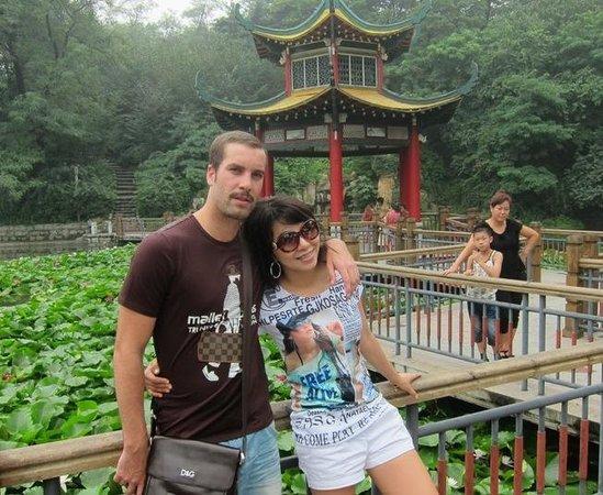Jinjiangshan Park : Roland and Sabrina at the Fish Ponds