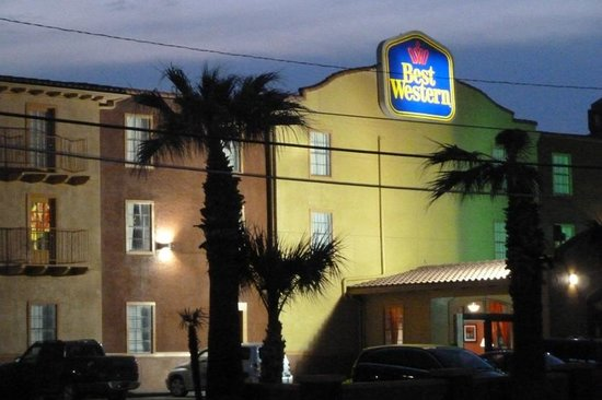 Best Western Market Center: Hotel at night