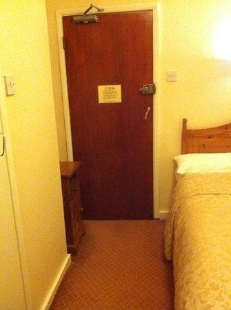 Mentone Hotel: Amplitud de la habitación