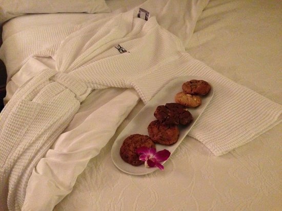 French Quarter Inn: Nightly turn down service.... cookies in the lobby nightly