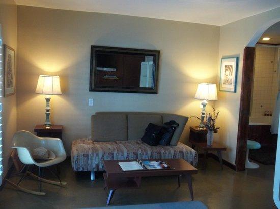 Palm Springs Rendezvous: Living area in the Honeymoon Hideaway