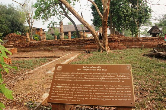 Chiang Saen - the old city walls: Chiang Saen Old Buildings