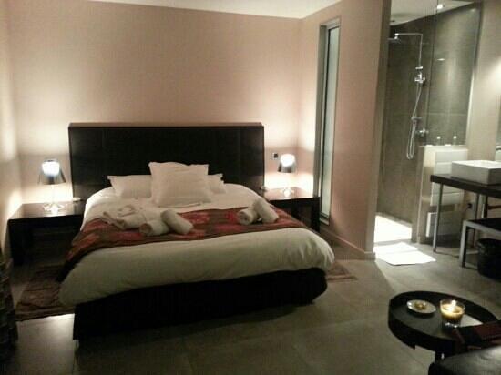 L'Orangerie: le lit et la salle de bain