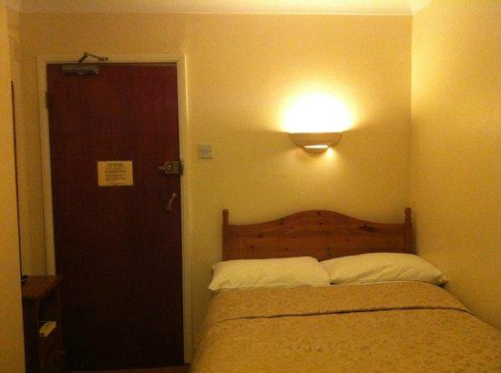 Mentone Hotel: Cama.